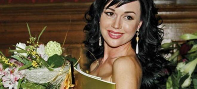 Первые признаки, указывающие на опухоль, появились у Заворотнюк 10 лет назад